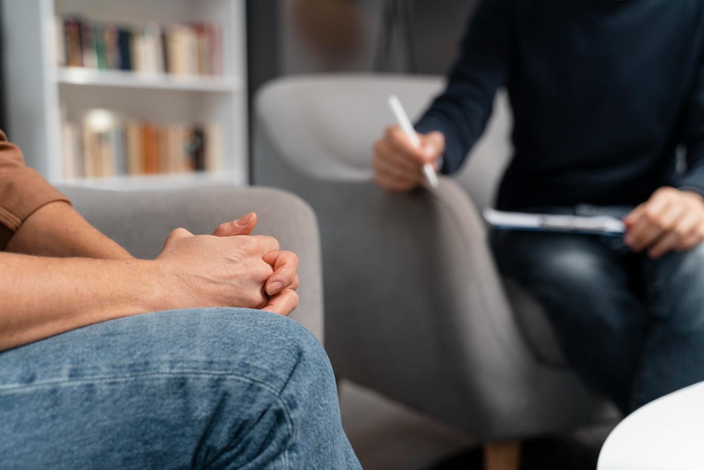 Persona con sus manos juntas en terapia