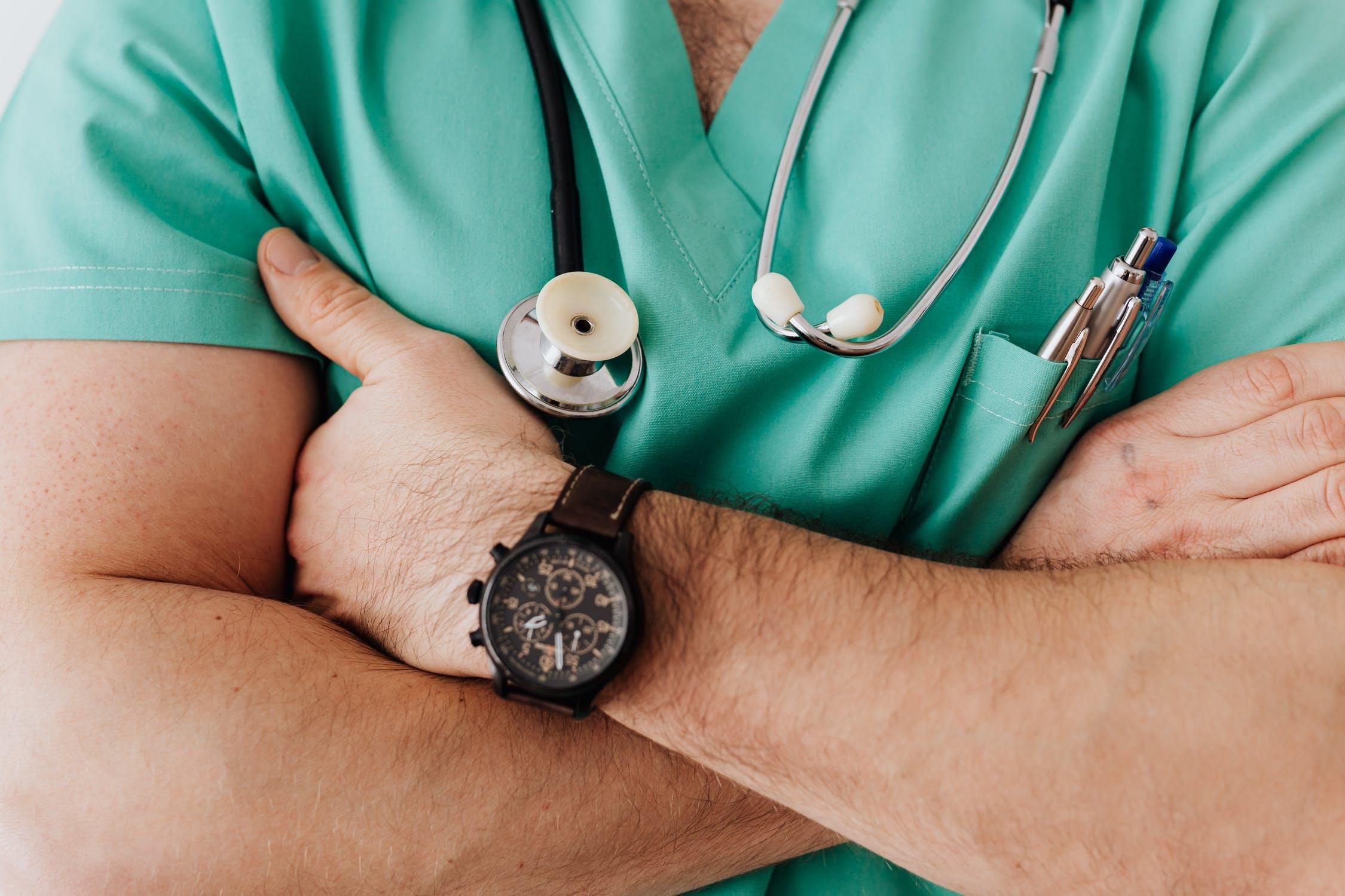 medico-cruzado-de-brazos-hablando